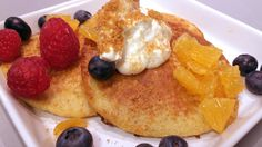 Ane Kjerstine Sandstad serverer amerikanske søndagspannekaker i en sunnere utgave. Disse inneholder mye protein og kostfiber og serveres med frukt, bær og kesam tilsatt pepperkakesmuler.