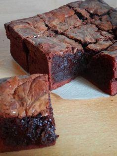 Maxi ultra fondant brownie – Famous Last Words Brownie Fondant, Chocolate Brownie Cake, Chocolate Desserts, Chocolate Muffins, Chocolate Chocolate, Sweet Recipes, Cake Recipes, Dessert Recipes, Brownie Recipes
