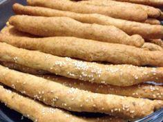 Τραγανα κριτσινια τυριου σαν του φουρνου    Υλικα:  1/2 κουπα νερο  1/2 κουπα κρασι  3/4 κουπας ηλιελαιο  1 αυγο  Λιγη ριγανη και πιπερι  1 1/2-2 κουπες κεφαλοτυρι τριμμενο  500γρ αλευρι απλο    Κεφαλοτυρι η σουσαμι για το πασπαλισμα    Εκτελεση:  Σε ενα μπωλ ανακατευουμε ολα τα υλικα και στο