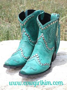 I guess I don't have to tell my Cowgirl Kim fans that turquoise is my favorite color, so you can imagine my excitement when I saw these beauties by Double D Ranchwear and Lane Boots! DD calls these th