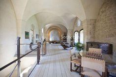 A l'abri des regards, ce château du IXème siècle est unique à plus d'un titre. Sa situation dominante dans l'un des plus beaux villagesde Provence offre une vue à couper le souffle à 360°. Sa rénovation de haute qualitémêle subtilement matériaux anciens et design contemporain.Bâti ancien, roche, confort moderne se côtoient avec brio.Rien n'est laissé…