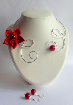 collier réalisé en fil d'aluminium souple et ajustable agrémenté d'une jolie fleur de satin rouge et boucles d'oreilles asssorties http://www.alittlemarket.com/boutique/glamour-6956.html