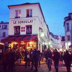 Retour à #paris, petit verre au #consulat #montmartre Tchin! Tchin! Bonne année!
