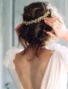 Entre dos nu et coiffure romantique, ce look de mariée frôle la perfection