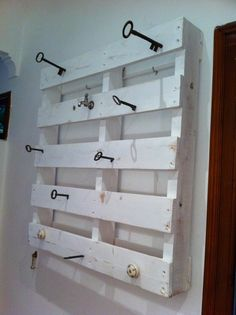 Key coat rack. I like this but would be cuter with old doorknobs!