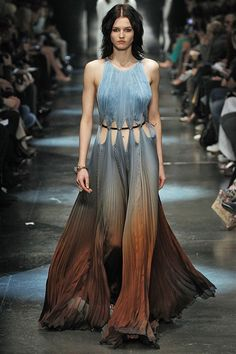 Discover recipes, home ideas, style inspiration and other ideas to try. Look Fashion, Runway Fashion, High Fashion, Fashion Show, Fashion Design, Roberto Cavalli, Pretty Dresses, Beautiful Dresses, Outfit Elegantes