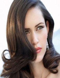 Cheveux longs, lisses sur le dessus et onduls dans le bas. Cette coiffure ncessite un bon brushing pour travailler les longueurs et pointes (tendance vogue). Couleur : Chocolat. Entretien rgulier ncessaire pour conserver les ondulations.