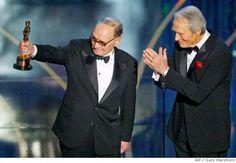 Clint Eastwood entrega el Oscar honorífico a Ennio Morricone por su extensa carrera (2007)