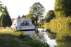 """Le bateau """"Magnifique"""" sur le Canal du Nivernais"""