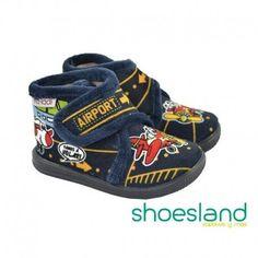 Zapatillas de casa de Vulladi para niños en suave tundosado fondo marino tipo botita con cierre de velcro y estampado de Aeropuerto #vulladi #pantuflas #zapatilasdecasa #zapatillas #shopping #hechoenespaña #madeinspain #shoes