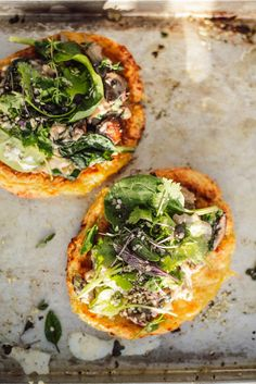 Crispy, healthy potato pizza [vegan, glutenfrei] with mushroom spinach cashew topping + seasonal greens - Trendswoman Whole Grain Cereals, Healthy Potatoes, Skinny Recipes, Going Vegan, Eating Habits, Vegetable Pizza, Vegetarian Recipes, Stuffed Mushrooms, Cooking