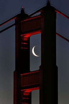 Golden Gate Bridge in San Francisco, CA. The bridge provides the perfect frame for the crescent moon. Beautiful Moon, Beautiful World, Beautiful Places, Ponte Golden Gate, Golden Gate Bridge, Stars Night, Stars And Moon, Foto Poster, Shoot The Moon