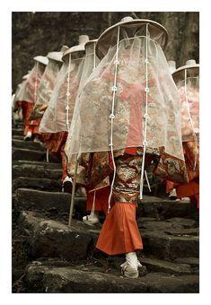 Kumano Kodo pilgrimage route to Nachi Taisha shrine and Nachi-no-taki falls Wakayama Prefecture Japan by Tennoji Kun. Japanese Culture, Japanese Art, Mode Alternative, Culture Art, Art Japonais, Japanese Outfits, Japanese Beauty, Hanfu, Pilgrimage