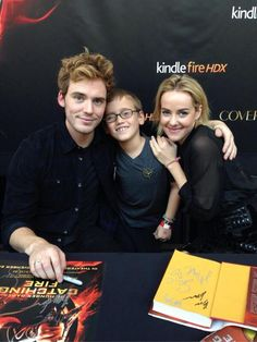 Is there anything cuter - Victory Tour Cherry Hill. Sam Claflin, Jena Malone and a fan. Hunger Games Cast, Hunger Games Catching Fire, Hunger Games Trilogy, Heath Ledger, Colin O'donoghue, James Mcavoy, Norman Reedus, Matt Bomer, Tom Hiddleston