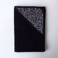 Zwarte baby badcape met kapje met print door Latelierdejuliette