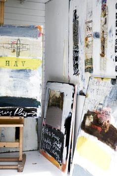 Egenmalte malerier er unikt og lekkert, og de er det mange av på hobbyrommet. Noen henger på veggen, noen står på gulvet, og ett har sin plass på staffeliet.