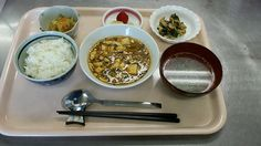 3月5日。麻婆豆腐、切り干し中華サラダ、青梗菜とハムのソテー、わかめスープ、いちごです!570カロリー、たんぱく質24g、塩分3.2gです♪