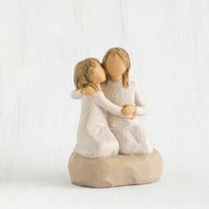 Willow Tree® Sister Mine Figurine Expressive figurine is cast in resin from original sculptures by Susan Lordi for Demdaco. Sister Mine figurine reveals a touching human bond. Gift Enclosure Reads: Nothing comes close to the closeness of sisters ©Susan Willow Tree Familie, Sister Gifts, Girl Gifts, Willow Tree Engel, Willow Tree Figuren, Willow Tree Cake Topper, Willow Tree Nativity, Willow Tree Wedding, Body Gestures