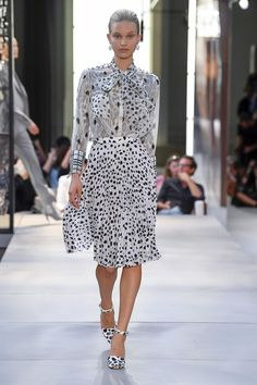Burberry londra - spring summer 2019 ready-to-wear - shows - vogue. Style Couture, Couture Fashion, Runway Fashion, Womens Fashion, Ladies Fashion, Vestidos Fashion, Fashion Dresses, Spring Summer, Spring Fashion Trends