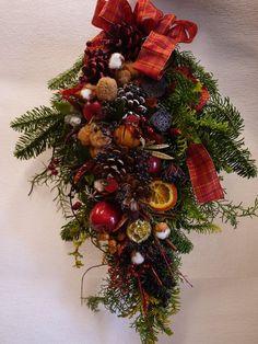 この画像は「クリスマスリースよりも簡単な「クリスマススワッグ」の作り方・スワッグデザイン50選|ハンドメイド部」のまとめの27枚目の画像です