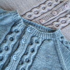 Strikkeoppskrift på enkel strikkejakke til både jentebabyer og guttebabyer. Strikkes i Dale Babyull og finnes i str 0 - 3 år.