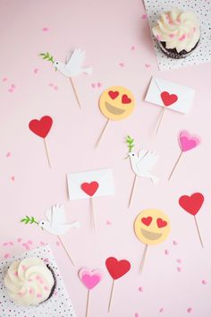 Valentine's Emoji Cupcake Toppers | Oh Happy Day! #diy #valentinesday