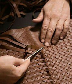 Bolsas Bottega Veneta Diese und weitere Taschen auf www. Techniques Couture, Sewing Techniques, Leather Weaving, Leather Tooling, Stitching Leather, Sewing Leather, Leather Craft, Diy Rucksack, Sacs Tote Bags