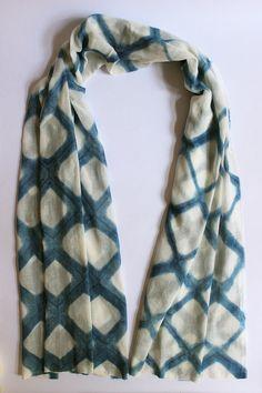 RAUTEN KARO SHIBORI TUCH Großes weiches pflanzengefärbtes Tuch. Geometrisches indigoblau-weißes Rautenmuster. Sorgfältig und nachhaltig gefertigt.  -