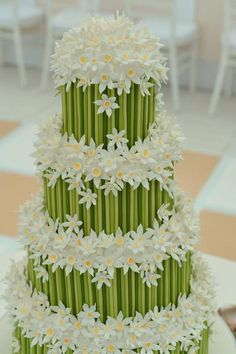 Daisy and bamboo wedding cake Beautiful Wedding Cakes, Gorgeous Cakes, Pretty Cakes, Cute Cakes, Amazing Cakes, Cake Wedding, Rodjendanske Torte, Bolo Floral, Floral Cake