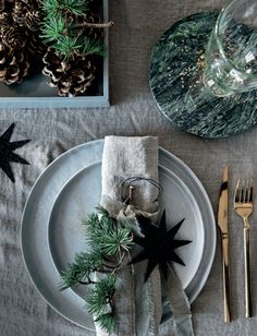 Naturlig jul (LEI LIVING) Natural Christmas table styling with pale blue-grey flatware, rough grey linen tablecloth and pine cones and sprigs of greenery. Love the green marble coasters Christmas Place, Natural Christmas, Christmas Mood, Noel Christmas, Scandinavian Christmas, Christmas Table Settings, Christmas Tablescapes, Christmas Table Decorations, Decoration Table