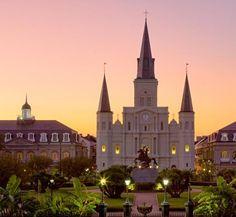 La Catedral de San Luis en Nueva Orleans se encuentra en el Barrio Francés y es la catedral más antigua del país que ha sido reconstruida varias veces a través de los años