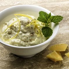 Sbrinz cheese and lemon mousse: Mix all the ingredients, including the pepper and carefully stir in the cream.Keep the mousse cool. Garnish with lemon balm . Chutneys, Sauce Chinoise, Pesto, Sauces, Hummus Dip, Lemon Mousse, Cheesy Recipes, Lemon Balm, Creme