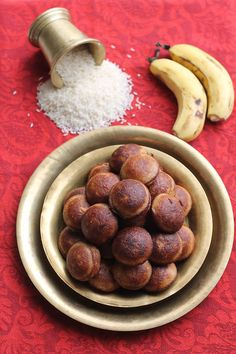 Unniyappam's are sweet dumplings made from mainly from rice, bananas and jaggery. They are also known as sweet appams. Indian Desserts, Indian Sweets, Indian Dishes, Indian Food Recipes, Modak Recipe, Appam Recipe, Sweet Dumplings, Kerala Food, Indian Breakfast