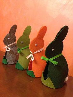 Coniglio pasquale in feltro con sonaglio. Dimensioni: 25 x 21 cm