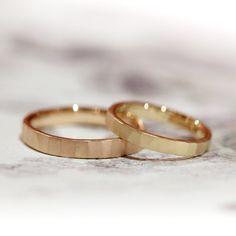 ゴールドの色違いでお作りした結婚指輪。 女性はイエローゴールド、男性はピンクゴールドでお作りすることに。 リングの表面に大きめの槌目を打ち表面をつや消しの梨地加工で制作。 Men's K18PG(ピンクゴールド) /マリッジリング Lady's K18(ゴールド)/マリッジリング