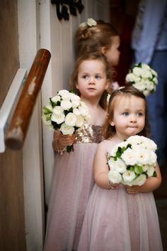 Cerimônia de casamento. Daminhas de honra. Nada mais fofinho.  Fotografia: http://www.helloblossoms.com.au.