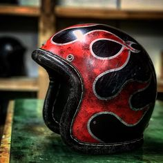 Motorcycle Helmet Design, Motorbike Design, Motorcycle Shop, Motorcycle Outfit, Airbrush, Vintage Helmet, Helmet Paint, Moto Style, Bike Parts