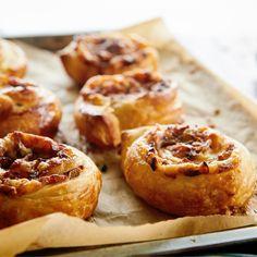 Zawijasy z ciasta francuskiego z pieczarkami i żółtym serem przypadną do gustu miłośnikom pizzy. Dlaczego? Otóż na ciasto francuskie wykładamy żółty ser i podsmażone z cebulką pieczarki, a… Xmas Food, Muffin, Cooking, Breakfast, Xmas Recipes, Kitchen, Morning Coffee, Muffins, Cupcakes