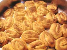 Φτιάξτε πεντανόστιμα σπιτικά ΣΑΜΙΩΤΙΚΑ ΜΠΟΥΡΕΚΙΑ!!    ΥΛΙΚΑ  1 Κιλό κίτρινη βρασμένη κολοκύθα  3 Μεγάλα κρεμμύδια  2 Πράσα  2 Καρότα  100 γρ τυρί φέτα  1 χούφτα κεφαλογραβιερα  Αλάτι και πιπέρι!    Για το Φύλλο  5-6 κούπες αλεύρι για όλες τις χρήσεις  2 Κούπες χλιαρό νερό  1 φλιτζάνι του καφέ λάδι  1/2