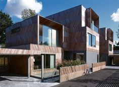 Built by Alison Brooks Architects in London, United Kingdom with date Images by Cristóbal Palma. The Herringbone Houses are two houses and integrated landscape located in a wooded back land site overlooking . Timber Architecture, Architecture Design, Harvard Architecture, Innovative Architecture, Alison Brooks, Timber Staircase, 21st Century Homes, Woodland House, Timber Cladding