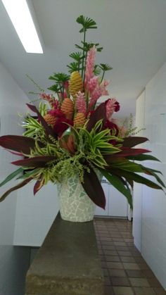 Tropical Flower Arrangements, Church Flower Arrangements, Church Flowers, Tropical Flowers, Fresh Flowers, White Flowers, Tropical Design, Floral Design, Arreglos Ikebana