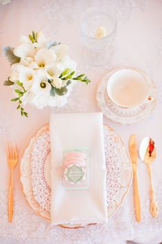 tea party bridal shower, stephanie uchima, preppy chic, lace, tea cups, callalilies, place setting