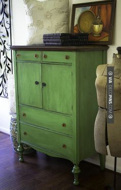 Portilla Design - Chalk Paint® Decorative Paint by Annie Sloan in Antibes Green - So perfect with those amber glass knobs! Leave the top in natural wood (dark is really nice with this color) Green Painted Furniture, Chalk Paint Furniture, Distressed Furniture, Upcycled Furniture, Furniture Projects, Furniture Makeover, Vintage Furniture, Diy Furniture, Furniture Websites