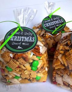 Gift bags of Christmas snack mix with free printable labels at DIY beautify (Christmas Mix Friends) Christmas Snack Mix, Christmas Food Gifts, Holiday Snacks, Christmas Sweets, Homemade Christmas Gifts, Noel Christmas, Christmas Goodies, Christmas Baking, Holiday Recipes