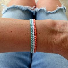 Thin Braided Beach Bracelet Thin summer bracelets in Mint and Coral! Mix and Match to combine your favorite colors. Diy Bracelets With String, Yarn Bracelets, Beach Bracelets, Embroidery Bracelets, Summer Bracelets, Bracelet Crafts, Ankle Bracelets, Braclets Diy, Gold Bracelets