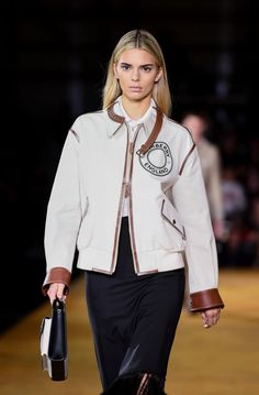 Kendall Jenner recently appeared with blonde hair on the Burberry runway during London Fashion Week. Kendall Jenner Blonde Hair, Kylie Jenner, Kendall Jenner Runway, Kendall Jenner Style, Kardashian Jenner, Kardashian Kollection, New York Fashion, Runway Fashion, Fashion Show