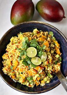 Ein indisch gewürzter Reis Salat mit Mango, Gurken, Koriander und einem erfrischenen Limettendressing! Perfekt als Beilage für Lachs oder Hähnchen