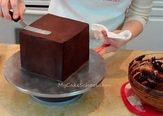 How+to+Ganache+a+Square+Cake+with+Sharp+Corners~+Video