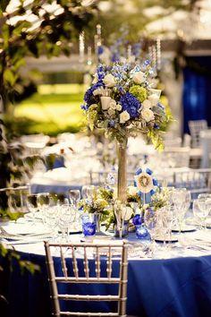 Centre de table fleuri avec des touches de blanc et de bleu électrique parfait pour un mariage en bleu.