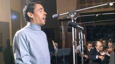Jacques Brel pendant un enregistrement au studio Hoche, à Paris, en janvier 1964.